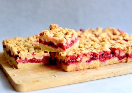 Aardbei-rabarber crumble cake - Gwenn's Bakery