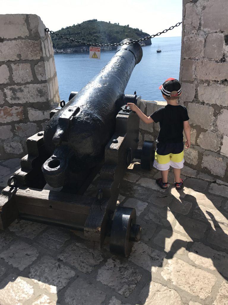 barn och en kanon