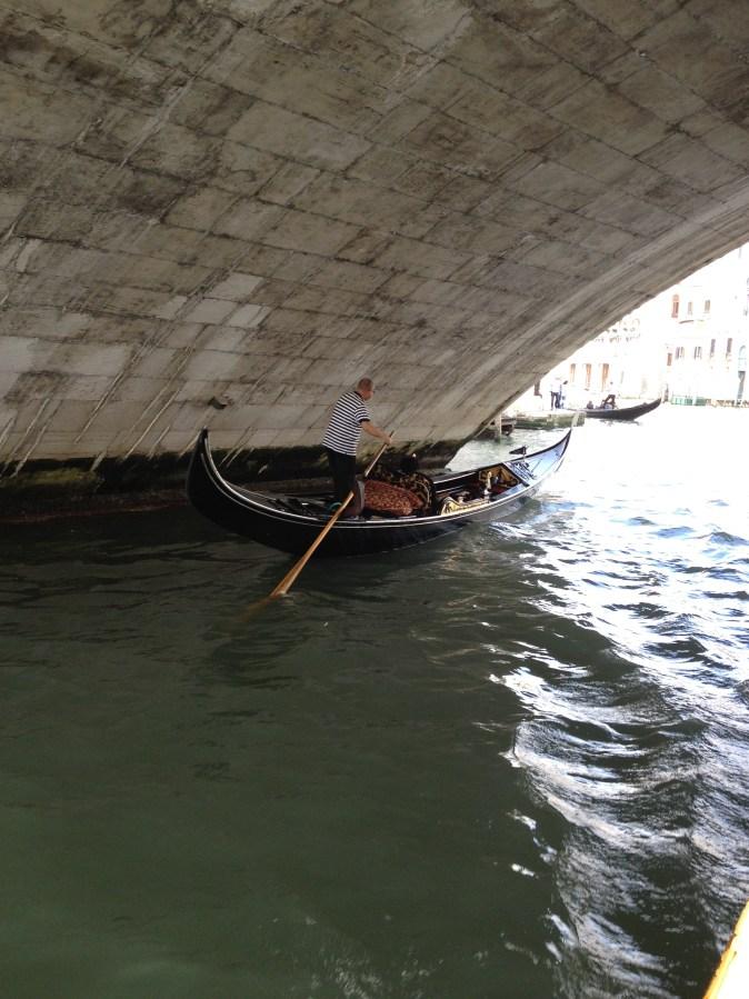 gondol under en bro