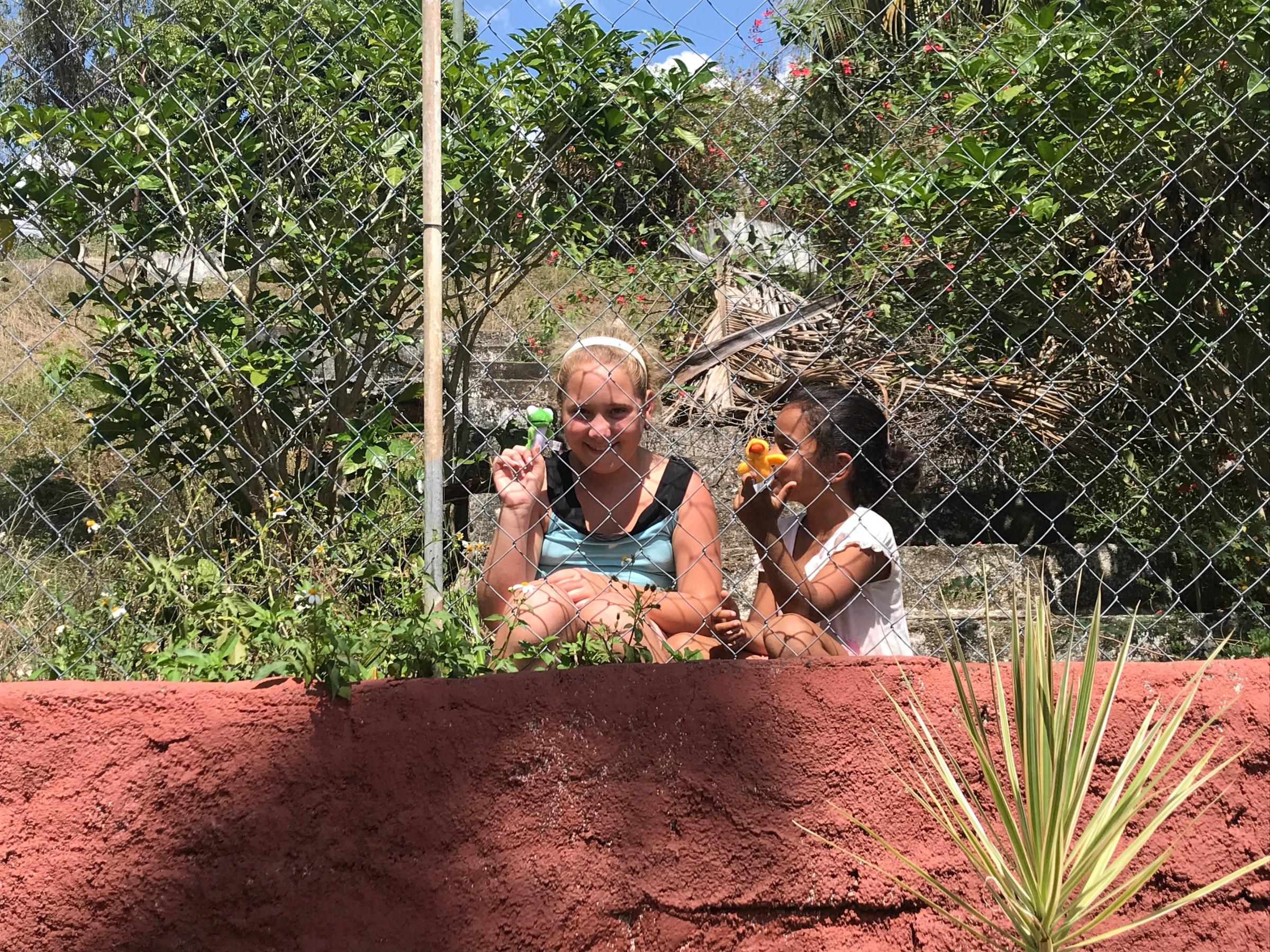 flickor som leker med fingerdockor