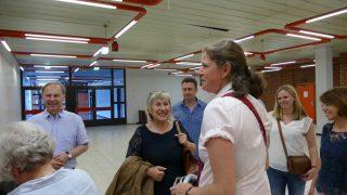 Frau Klepo mit ihren Gästen vor ihrem Vortrag
