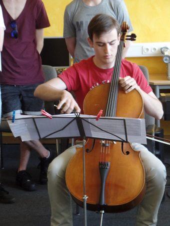 Junge Musiker bieten einen feierlichen Rahmen, hier Benedikt Peterseim