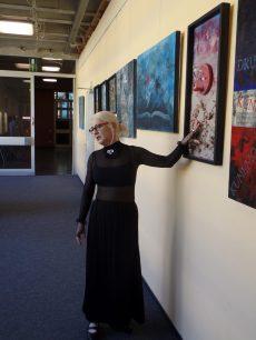 Die Künstlerin erklärt ihre Werke während des ersten Rundgangs