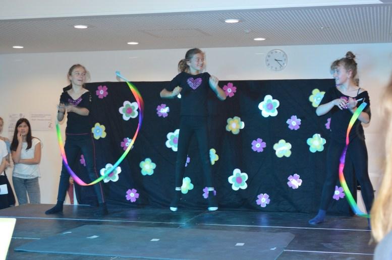 Maya, Lilia, Antonia (6b) tanzen.