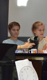 Die Theatergruppe von Frau Löchner und Frau Wambach hat selbst Szenen aus dem Schulalltag geschrieben...