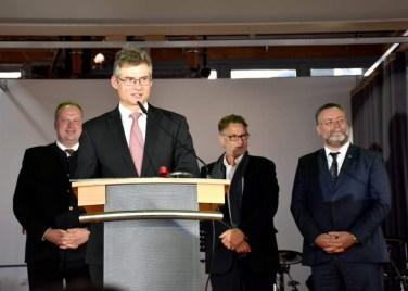 Direktor Martini bedankt sich bei allen Beteiligten - Landrat, Bürgermeister und Architekt stehen hinter ihm