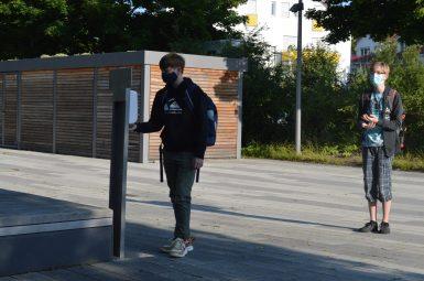 Vorm Betreten des Schulhauses - Hände desinfizieren!