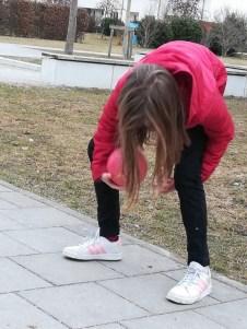 - Ball durch die Beine -