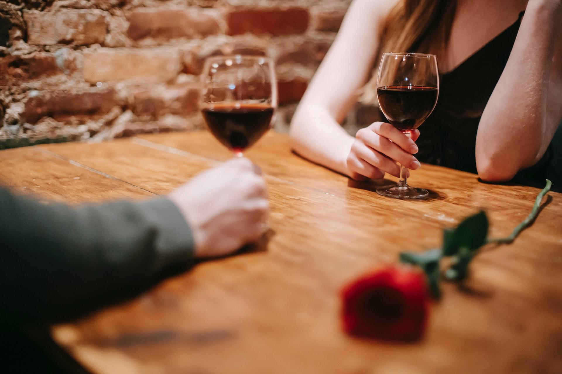 Η αγάπη δεν έχει ημερομηνία λήξεως, είναι σαν το κρασί, όσο περνάει ο καιρός γίνεται καλύτερο ή ξινίζει