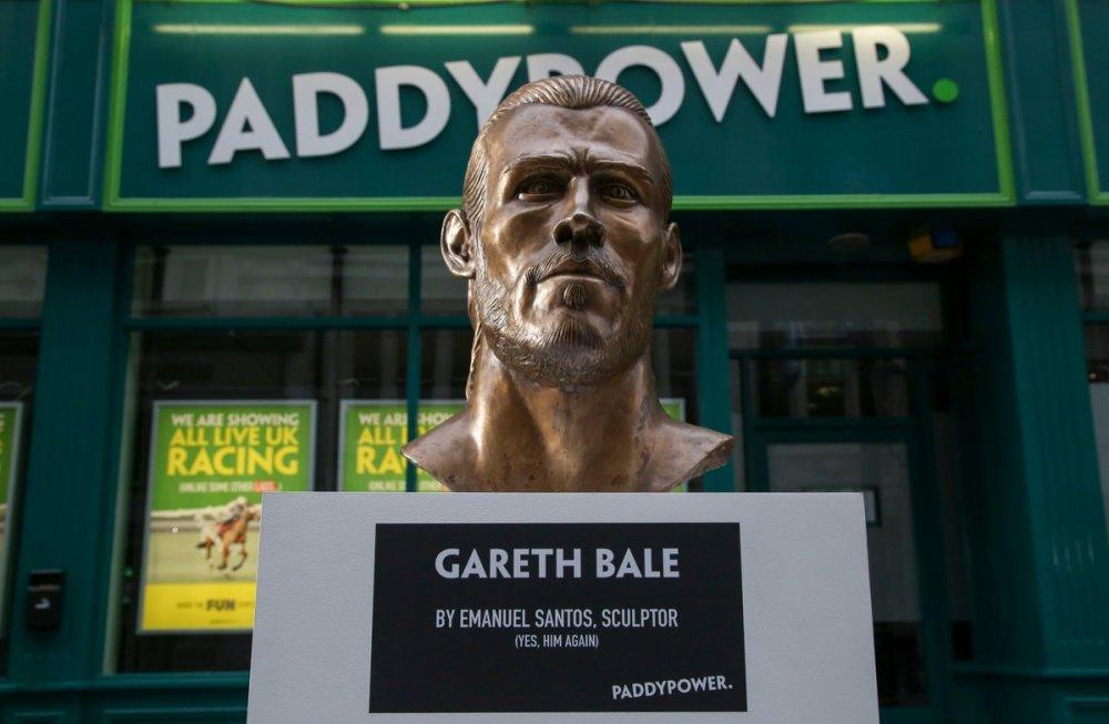 Gareth Bale and Cristiano Ronaldo Statue 00