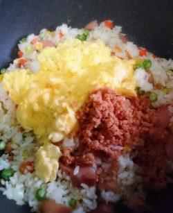 ご飯・炒り玉子・鮭フレーク
