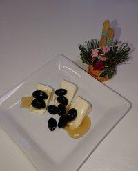黒豆をカマンベールチーズにのせて蜂蜜をかけてみた