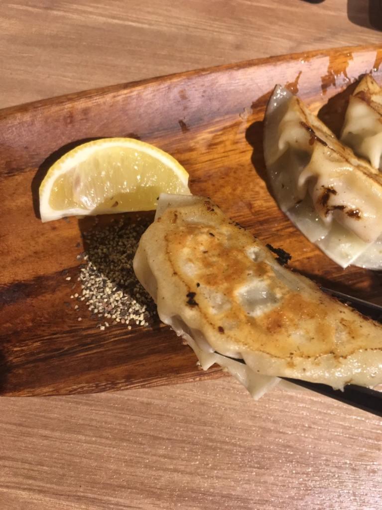 播磨産牡蠣がまるごと入った焼き餃子とレモンペッパー