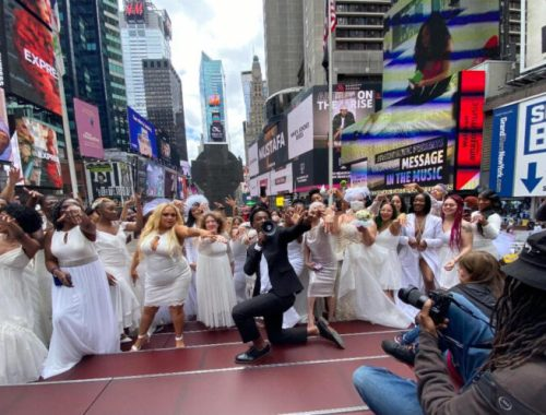 Man Proposes to 100 Women in Middle of Time Square