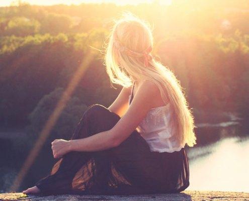 nainen vastavalossa auringonnousu