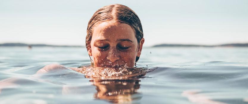 nainen ui meressä