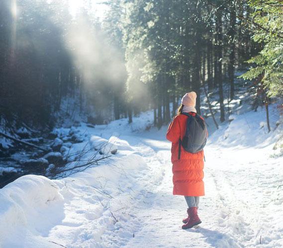 potilaiden tarinat nainen kävelee lumessa