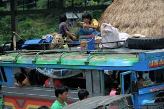 Vaikučiai nemato jokių problemų važiuoti ant jeepney stogo.