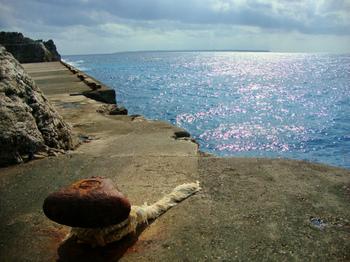 南大東島を望む