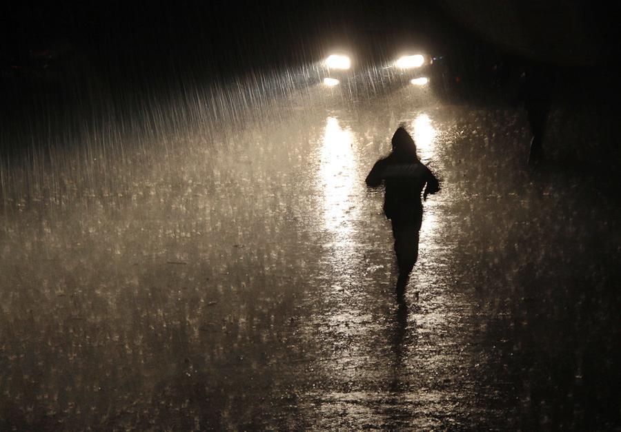 求張Beyond冷雨夜中的那雨夜圖 要形象啊_百度知道