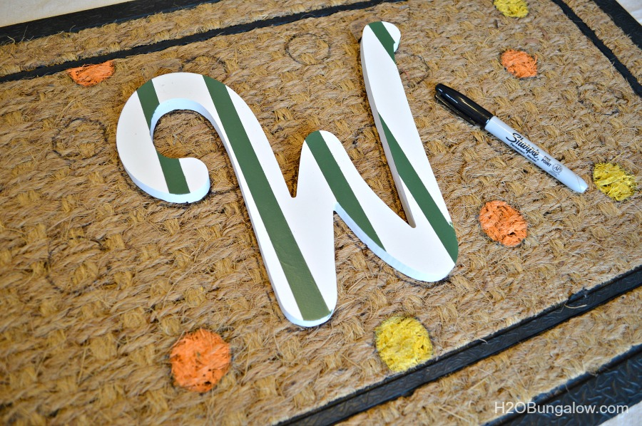 Tracing-Monogram-On-DIY-Fall-Doormat-H2OBungalow