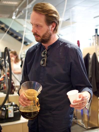 Imagen etkoilla kerrottiin Johan&Nyströmin kahveista. Kahvit valmistettiin Chemex-kannuissa.
