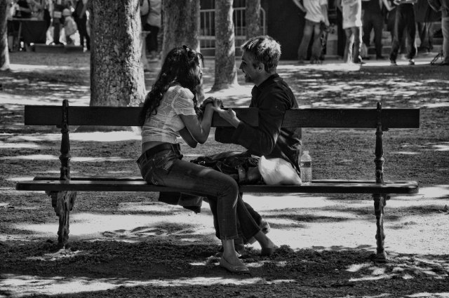 a day in paris: lovers at jardin du luxembourg