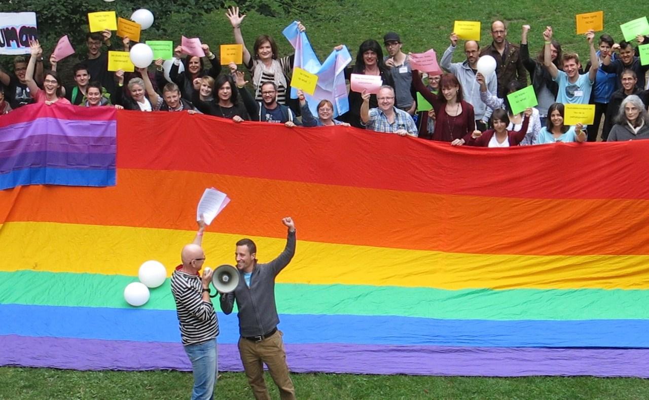 Trans*-Rechte jetzt: Lautstarke politische Manifestation der Teilnehmer*innen der dritten Transtagung vor der Villa Stucki.