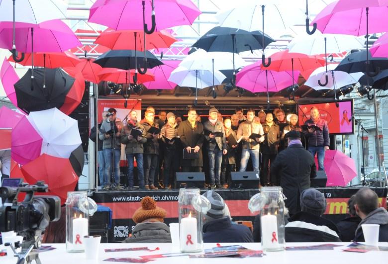 Der schmaz singt am Welt-Aids-Tag in Zürich.