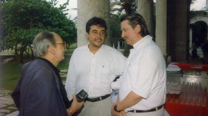 Alfredo Guevara con el productor mexicano Jorge Sánchez; y Jeff Gilmore, director del Festival Sundance