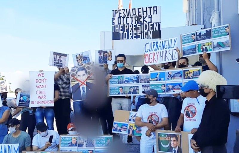 Мигранты из Туркменистана требуют отставки президента