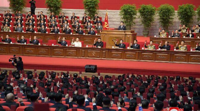 Tek bir vakanın görülmediği Kuzey Kore'de dev kongre… 5 bin kişiden maske takan yok