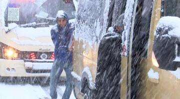 Gaziosmanpaşada yollar buz tuttu... Yolda kalan minibüsü yolcular itti