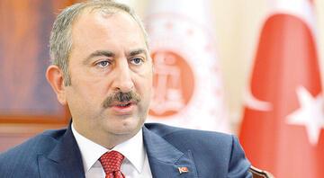 Adalet Bakanı Gülden Boğaziçi Üniversitesi önünde Kabe fotoğrafının yere serilmesine tepki