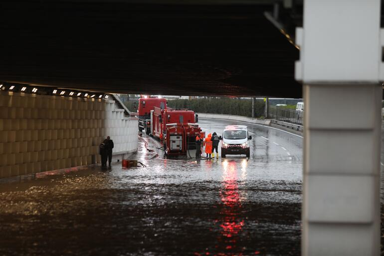 Son dakika: İzmirdeki olağanüstü sağanak yağış için peş peşe açıklamalar Sokağa çıkmayın