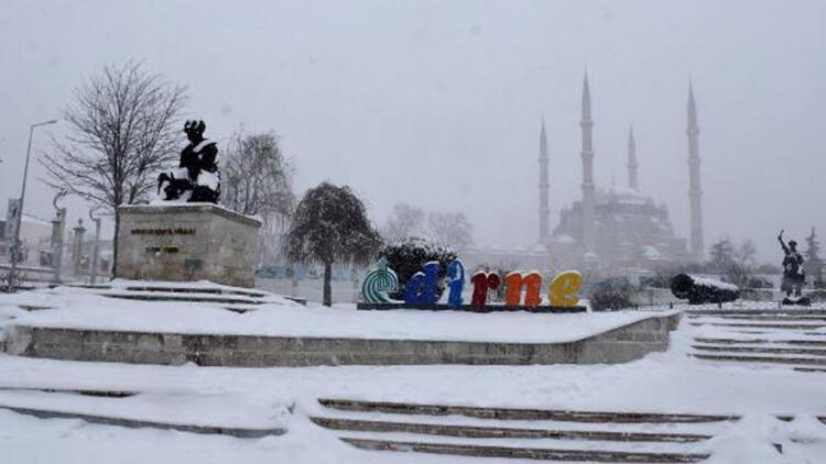 Kar yağışının beyaza bürüdüğü Edirne'de, kartpostallık manzaralar oluştu