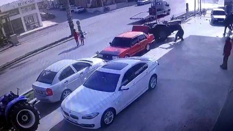 Sürücüsüz traktör dehşeti! 3 araca çarptı, 3 kişi de son anda kendini kurtardı