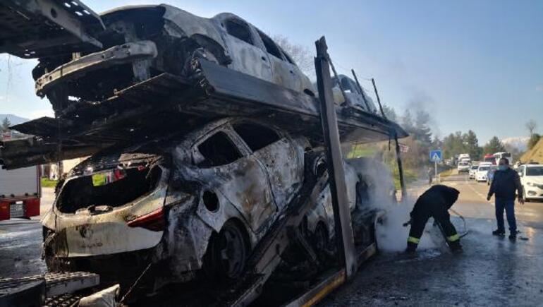 Sıfır kilometre otomobillerin bulunduğu TIR yandı