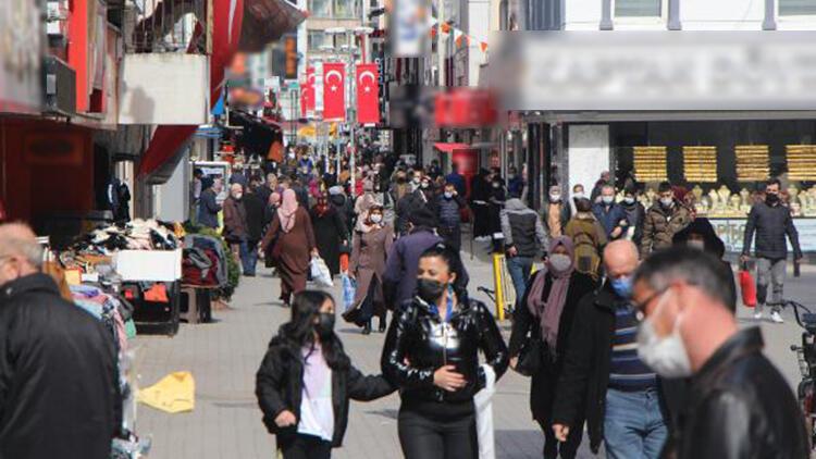 Vaka sayısının zirve yaptığı Samsun'da cadde ve sokaklarda insan yoğunluğu