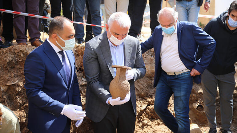 Bakan Ersoy, Bodrumda 2 bin 400 yıllık lahit kapağını açtı