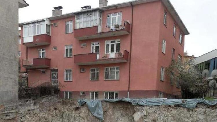 Akara'da toprak kayması! Yanındaki apartman tahliye edildi