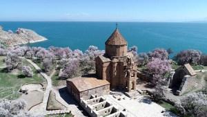 Akdamar Adası'nda ilkbahar güzelliği büyüledi