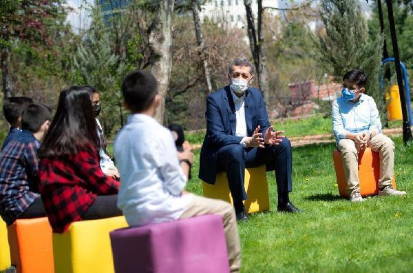 Milli Eğitim Bakanı Selçuk, öğrencilerin sorularını yanıtladı