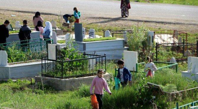 Yasağa rağmen bayram sabahı mezarlığa gittiler