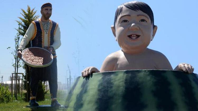 Diyarbakır'da tartışma konusu olan karpuz içinde çocuk ve kadayıf tepsisi taşıyan adam heykelleri kaldırıldı