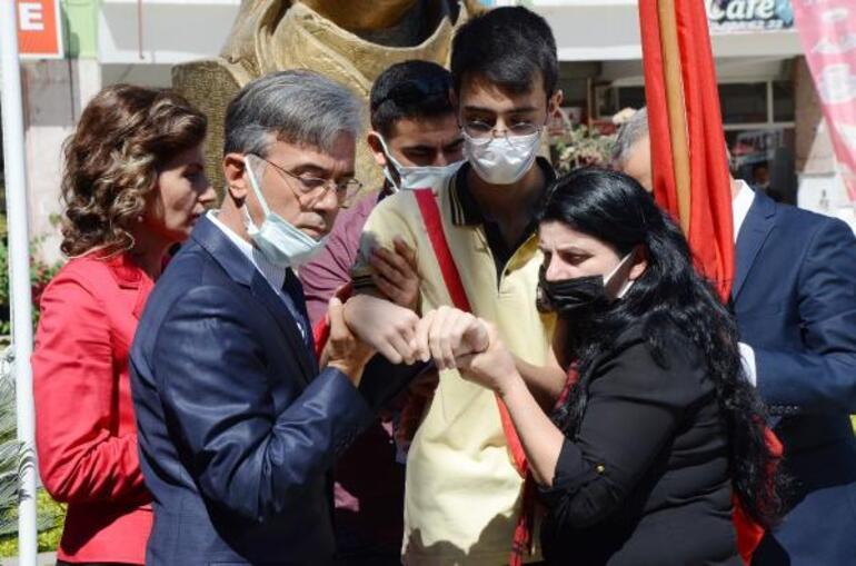 Gaziantepte törende bayılan zabıtayı polis kucağında taşıdı... Antalyada bayrak taşıyan liseli fenalaşıp yere yığıldı