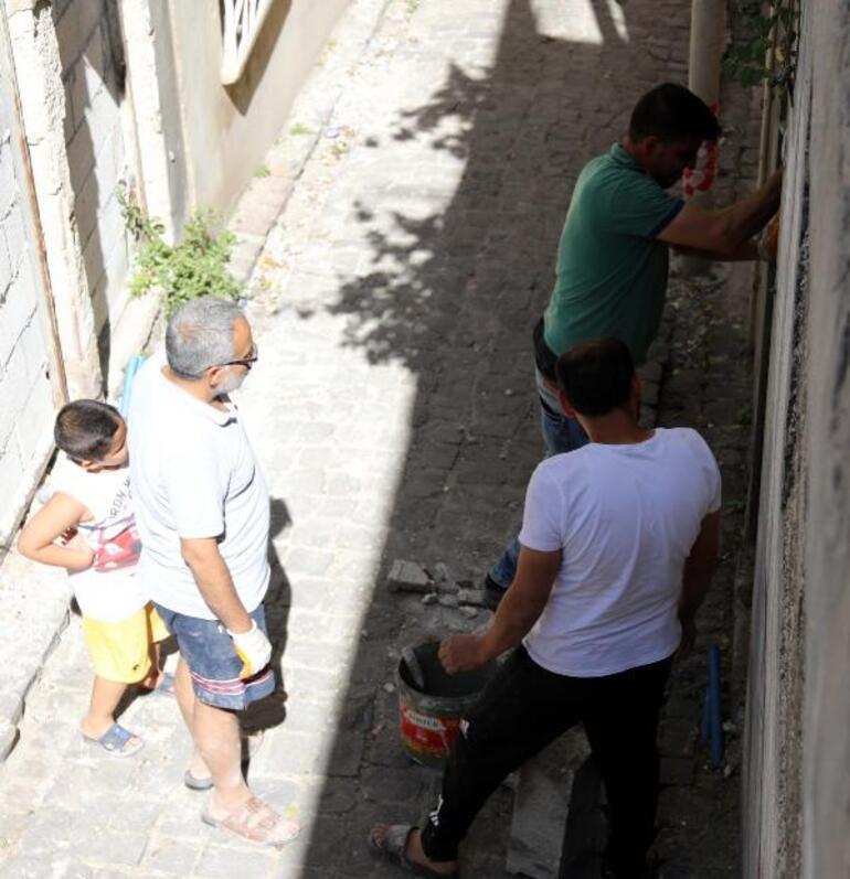 Çaresiz kalınca evlerinin kapılarına duvar ördüler Ne var ne yok boşaltmışlar...