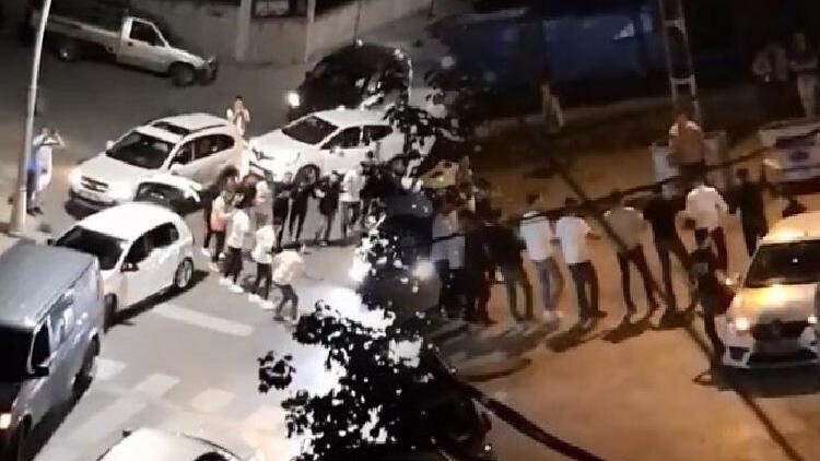 Kısıtlamaya rağmen tepki çeken görüntüler! Polis silahını havaya kaldırdı