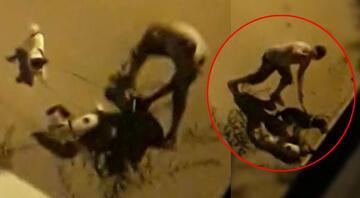 Dehşetin görüntüsü İki köpeğe elindeki boruyla defalarca vurdu