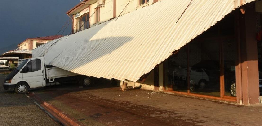 Fırtına vurdu, ağaçlar uçtu, galerinin çatısı çöktü